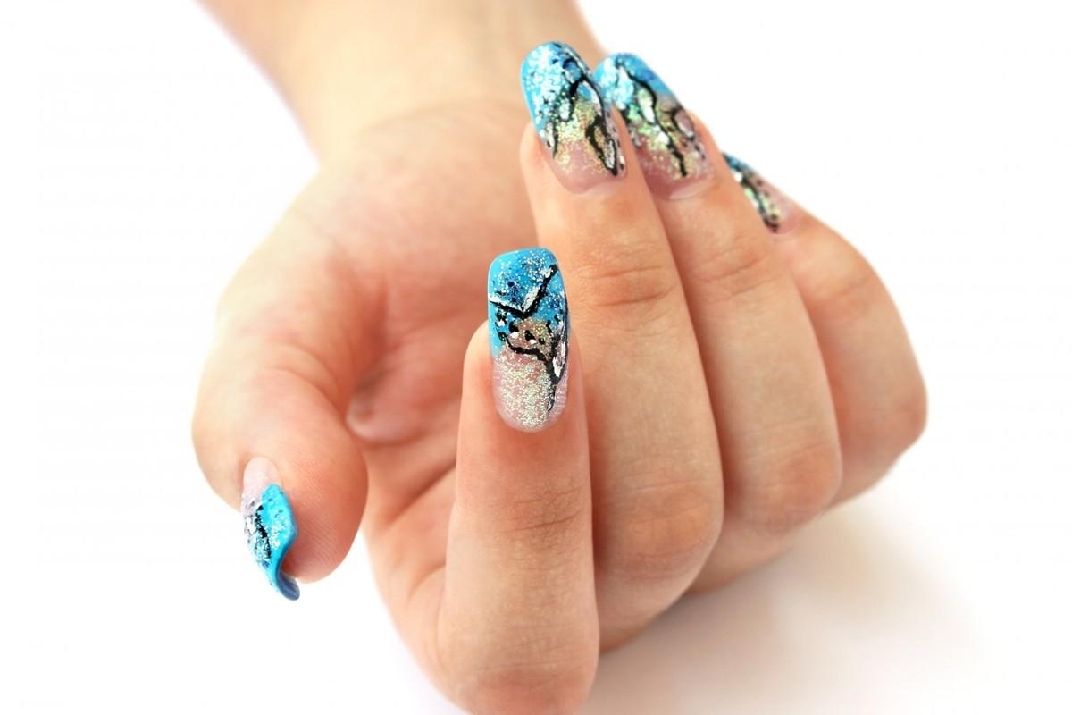 Дизайн ногтей на белом фоне